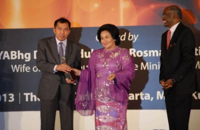 """Datuk Ibrahim Ahmad, Ketua Pengarah MARA (kiri) menerima anugerah """"Contribution to The Organisation"""" daripada YABhg. Datin Seri Rosmah Mansor"""