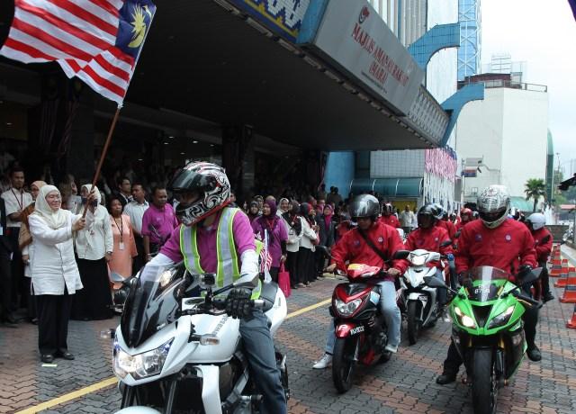 Hanisah (kiri) melancarkan peserta Kembara Merdeka MARA yang akan menjelah ke Melaka dan Negeri Sembilan di Kuala Lumpur semalam