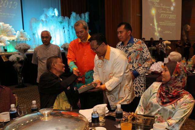 Penyampaian penghargaan kepada pesara MARA yang tidak berkeupayaan oleh YB Timbalan Menteri KKLW.