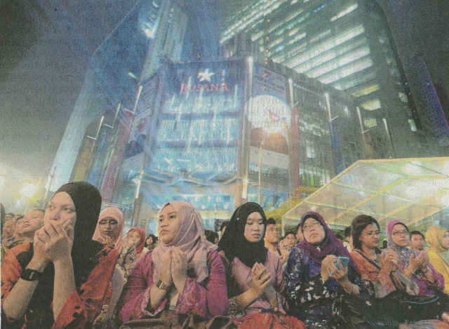 SEBAHAGIAN yang hadir pada majlis sambutan ke-48 tahun penubuhan MARA mengaminkan doa di hadapan Menara MARA di Kuala Lumpur, baru-baru ini.