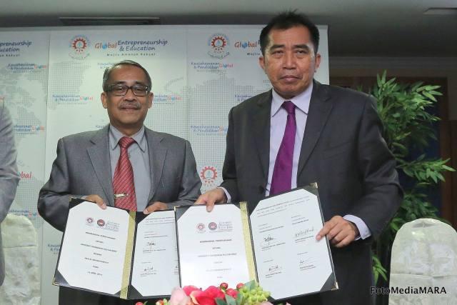 Dari kiri : YBhg Profesor Dato' Dr. Zakaria bin Kasa, Naib Canselor UPSI bertukar dokumen MoU dengan YBhg. Datuk Ibrahim bin Ahmad, Ketua Pengarah MARA