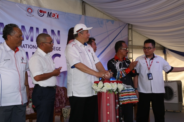 YB Tan Sri Datuk Seri Panglima Annuar bin Haji Musa menekan butang gimik sebagai tanda perasmian MKIC