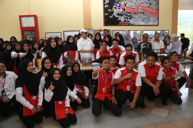 YB Tan Sri Pengerusi MARA, bersama para pelajar MKIC.