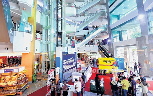 Sebahagian daripada warga kota mengunjungi pusat beli-belah Busana Mall di Jalan Tuanku Abdul Rahman, Kuala Lumpur sempena pembukaan Mara Digital baru-baru ini.