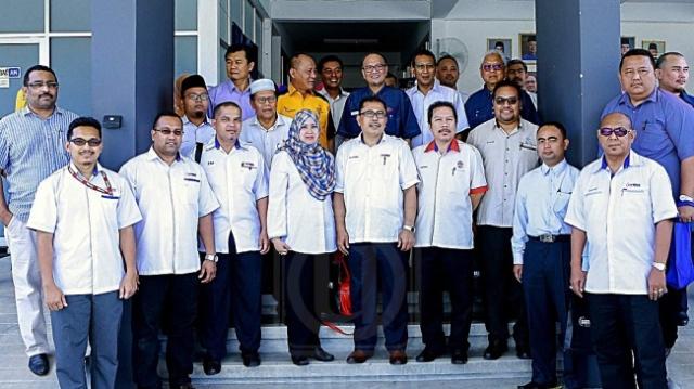 AZIAN OSMAN (depan, tengah) dan Shahiruddin Ab. Moin (belakang, dua dari kiri) bersama pegawai GiatMara selepas Majlis Penyerahan Bantuan Program Peningkatan Pendapatan serta Penyerahan Kunci Rumah Pascabanjir di Pusat GiatMara, Raub, Pahang, semalam. UTUSAN/SALEHUDIN MAT RASAD