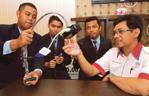 Guru pembimbing Wan Buanan Wan Hussain bersama pelajar menunjukan alat bantuan mengajar `Portable Visialiser` yang dihasilkan di Maktab Rendah Sains Mara (MRSM) Kuantan.