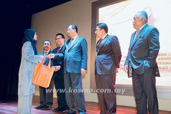 ISMAIL SABRI (tiga dari kanan) menyampaikan cenderamata kepada salah seorang pegawai baharu kementerian pada Majlis Perhimpunan Bulanan KKLW di Putrajaya semalam.