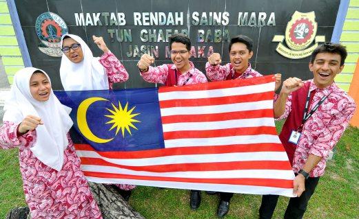 LIMA pelajar MRSM Tun Ghafar Baba, (dari kanan) Mustafa, Muhammad Iqmal, Ahmad Arman, Dania dan Fairuz bersemangat untuk mengharumkan nama negara di New York.