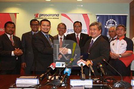 Ismail Sabri (tengah belakang) menyaksikan Majlis Menandatangani Memorandum Persefahaman antara UniKL dengan Rapid Rail Sdn. Bhd.