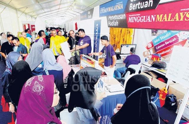 Sebahagian daripada orang ramai yang mengunjungi Gerai Utusan Malaysia semasa Karnival Pendidikan Mara 2016 di Stadium Sultan Muhammad Ke-IV, Kota Bharu, Kelantan, semalam. – UTUSAN/Rosni Masri