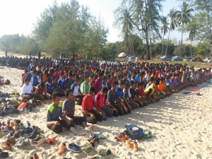 Pelajar MRSM Kota Putera solat gerhana di tepi pantai
