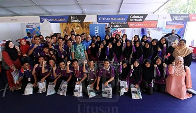 MOHD. HAZLI HASSAN (berdiri, tengah) bersama para peserta yang menyertai Bengkel Wartawan Kadet sempena Karnival Pendidikan Mara 2016 di Stadium Sultan Muhammad Ke-IV, Kota Bharu, Kelantan, semalam. UTUSAN/WAHIDIN SALIM
