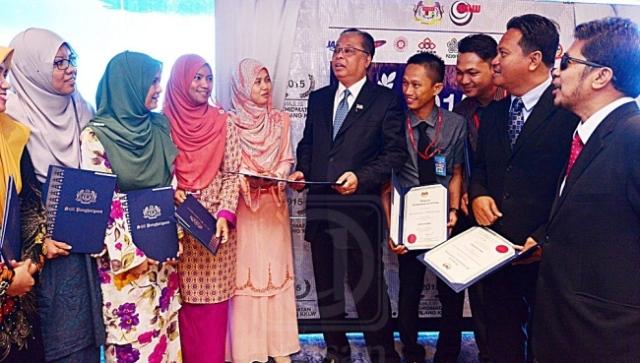 Ismail Sabri Yaakob (lima kanan) beramah mesra dengan sebahagian penerima anugerah dari MRSM Tun Mustapha, Tawau pada Majlis Penyampaian Anugerah Perkhidmatan Cemerlang, Kementerian Kemajuan Luar Bandar dan Wilayah, Peringkat Negeri Sabah dan Labuan di Kota Kinabalu, semalam.