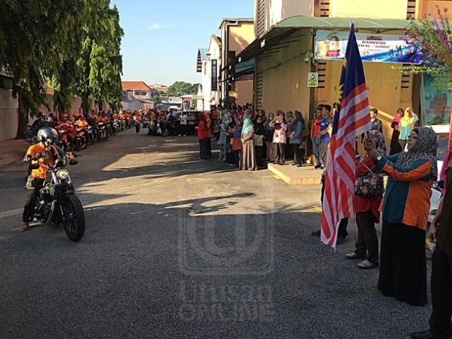 MUNIRAH HUSAIN (kiri) melepaskan peserta Konvoi Bermotosikal di IKM Kuala Lumpur baru-baru ini