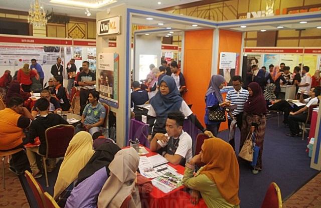 ORANG ramai mengunjungi gerai pameran yang menempatkan pelbagai institut pengajian dibawah Mara sempena Karnival Pendidikan Mara 2016 peringkat negeri di Dewan Besar MBAS, Alor Setar, Kedah, semalam. MINGGUAN/SAFRIZAL AZMI