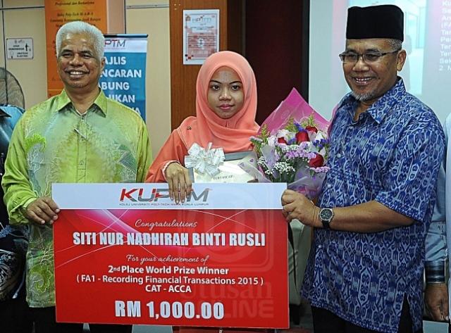 AHMAD NAZLAN IDRIS (kanan) menyampaikan anugerah kepada Siti Nur Nadhirah Rusli dalam majlis Pelancaran Tabung Kebajikan Mahasiswa Kolej Poly-Tech Mara Kuala Lumpur, Kuala Lumpur, semalam. UTUSAN/AMIN FARIJ HASAN