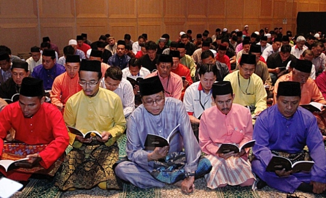ISMAIL SABRI YAAKOB (tengah) bersama kakitangan dan pelajar institusi pendidikan di bawah naungan Mara membaca surah Yasin dalam Majlis Bacaan Yasin, Tahlil dan Doa Selamat Sempena Sambutan 50 tahun Mara di Kuala Lumpur, kelmarin.