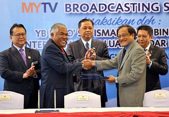 Ismail Sabri Yaakob menyaksikan pertukaran MoU antara Mohd. Arif Ab. Rahman (dua dari kiri) dengan Hilmi Mohd. Noor di Putrajaya, semalam. BERNAMA