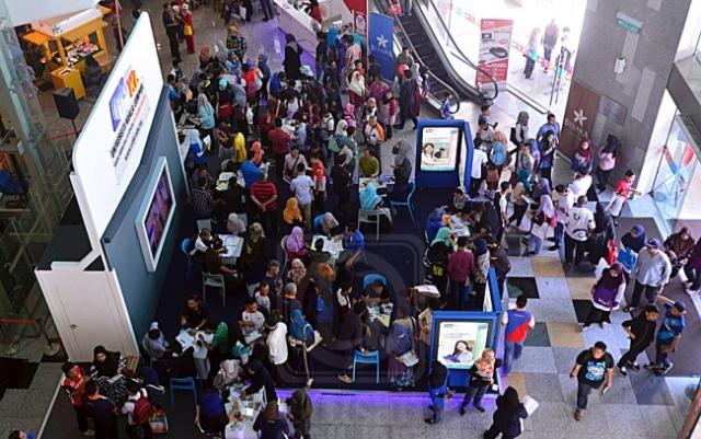 Orang ramai mengunjungi tapak Universiti Kuala Lumpur (UniKL) untuk mengetahui peluang melanjutkan pengajian dalam bidang bersesuaian sempena Karnival Pendidikan Mara di Kuala Lumpur, semalam. utusan/MOHD. NAJIB MOHD. NOR