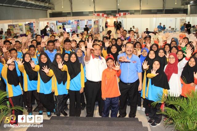 Timbalan Pengarah MARA Melaka, Noor Irwan Marmin (enam dari kiri) dan Pengurus Jabatan Pengarang Utusan Melayu (M) Berhad, Ainol Amriz Ismail (empat dari kanan) bersama para peljar SMK Dato' Abdul Rahman Ya'kub menunjukkan lima jari sebagai simbol 50 Tahun MARA selepas berakhir taklimat Bengkel Wartawan Kadet Utusan Malaysia semasa Karnival Pendidikan dan Keusahawanan MARA di MITC Ayer Keroh, Melaka, semalam.