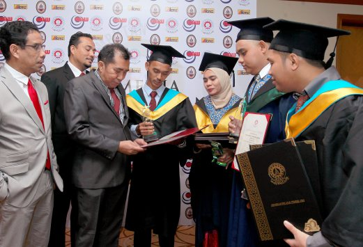 Mara director-general Datuk Ibrahim Ahmad with best student award winner  Muhammad Ifthiqad Mohd Issam  (middle)  after the Mara Perdana Convocation for Mara Technical Skills College (KKTM), Mara Skills Institute (IKM) and Mara Japan Industrial Institute (MJII) 2016 Pix by Ahmad Irham Mohd Noor