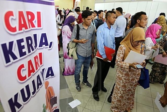 SEBAHAGIAN lepasan SPM dan institut pengajian tinggi berbaris menunggu giliran dalam sesi temu duga dengan syarikat yang menyertai Karnival Pendidikan Mara 2016 di TTC, Kuala Terengganu, Terengganu, semalam. MINGGUAN/AZLAN BAHRUM