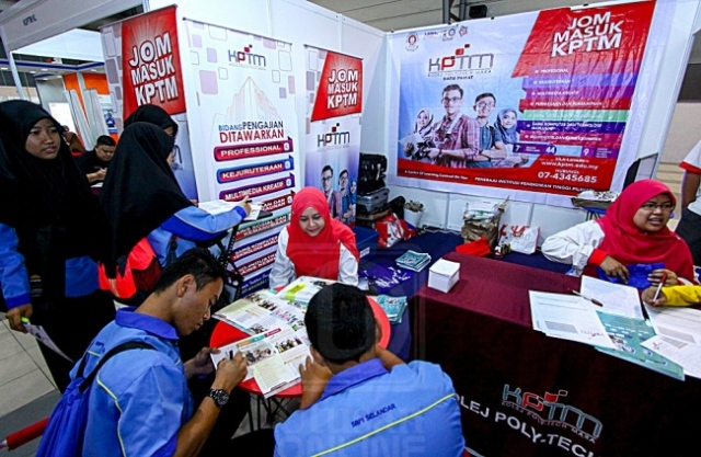 SEBAHAGIAN pelajar lepasan SPM mengunjungi gerai untuk mendapatkan maklumat berkaitan IPTA dan IPTS semasa Karnival Pendidikan MARA 2016 di Ayer Keroh, Melaka, semalam. Mingguan/MOHD. AZIM ABD. RAHMAN