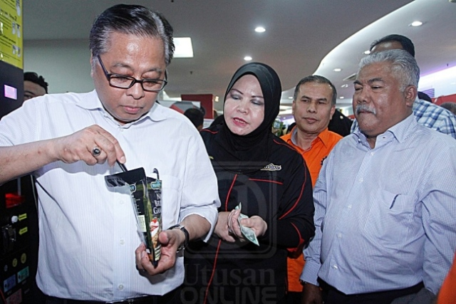 Ismail Sabri Yaakob (kiri) mencuba nasi segera produk keluaran Syarikat Sharifah ketika hadir ke program Bizchanel@Mara Jubli Emas sempena sambutan 50 tahun Mara di Medan Mara, Kuala Lumpur, semalam. Turut kelihatan, Pengarah Urusan Sharifah, Rohani Borhan (dua dari kiri). UTUSAN/FARIZ RUSADIO