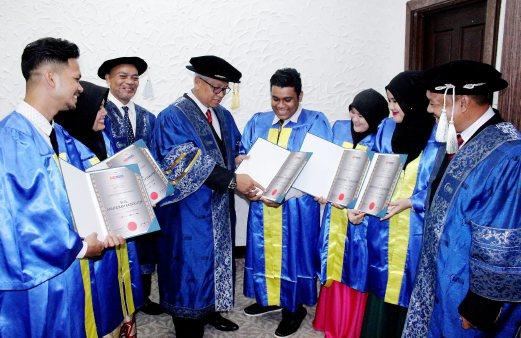 KETUA Pegawai Eksekutif GIATMARA, Datuk Mohd Rosdi Ismail (empat dari kiri) beramah mesra dengan Graduan Terbaik, Mohd Zulfadzli Shah Abdullah, 21, (empat dari kanan) dan rakan seperjuangannya di Majlis Graduasi GIATMARA Cawangan Kelantan di Kelantan Trade Centre (KTC), Kota Bharu. - Foto Nik Abdullah Nik Omar