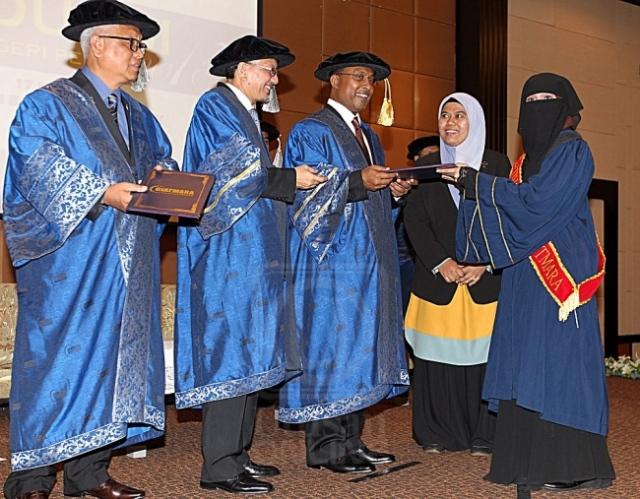 ZAMBRY ABD. KADIR (tengah) menyampaikan sijil kepada Pelatih Istimewa (Bisu) dan Pelatih Terbaik Fesyen dan Membuat Pakaian, Norazlinda Abdul Razak sambil diperhatikan oleh Azian Osman (dua dari kiri) dalam Majlis Graduasi GiatMara Negeri Perak di Ipoh, Perak, semalam. UTUSAN/KAMAL BASIR WAHAB