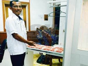 Nazruddin menunjukkan salah satu Multipurpose Cabinet yang mempunyai kemudahan tempat menggosok pakaian sekali gus dapat menjimatkan ruang.