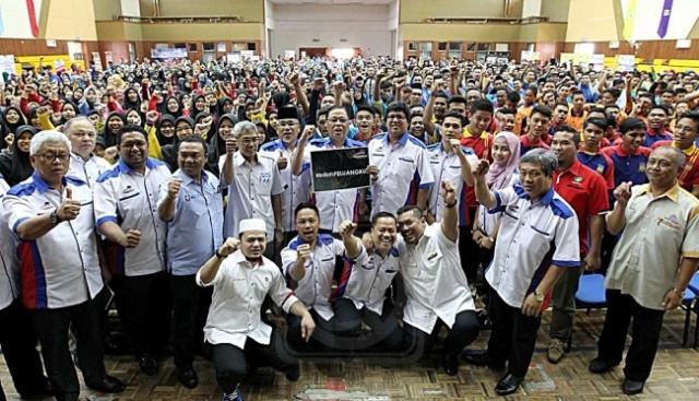 ISMAIL SABRI YAAKOB dan Sahol Hamid Abu Bakar bersama pelajar pada program Jelajah Pendidikan Bumiputera 2016 peringkat negeri di Bera, Pahang, semalam. Mingguan/AHMAD ZAKKI JILAN