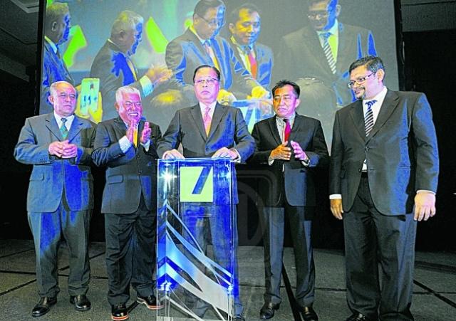Ismail Sabri Yaakob (tengah ) melancarkan dana PMB SSCF sambil di saksikan (dari kiri) Zamani Md. Noor, Mohd. Arif Ab Rahman, Ibrahim Ahmad dan Ameer Ali Mohamed di Kuala Lumpur, semalam. utusan/Halim Khalid