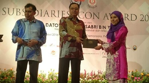 ISMAIL Sabri menyampaikan anugerah Perkhidmatan Cemerlang Subsidiari MARA 2015 kepada Pensyarah UniKL, Prof Madya Dr Haidawati Mohamad Nasir sambil diperhatikan Ketua Pengarah MARA, Datuk Ibrahim Ahmad di Kuala Lumpur, malam ini.