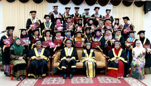 Peserta Kursus Urutan Tradisional Melayu bergambar bersama Pengarah GiatMARA Johor, Mohamad Merjuki Kasanwidi (duduk tiga kiri) selepas Majlis Penyampaian Sijil Kursus Long Life Learning (3L) di Komuniti GiatMARA Ledang, Tangkak. - Foto Hai Rozzaman Jalal