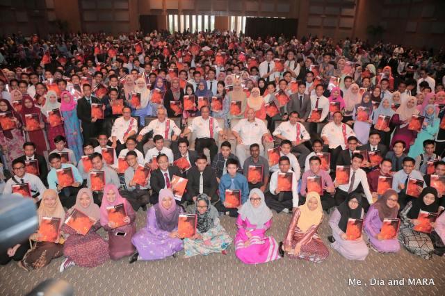 Ismail Sabri Menteri Kemajuan Luar Bandar dan Wilayah ketika merasmikan Majlis Penyerahan Surat Tawaran (Universiti) Pelajar Cemerlang Majlis Amanah Rakyat (Mara) kepada lebih 300 lepasan Sijil Pelajaran Malaysia (SPM) 2015.
