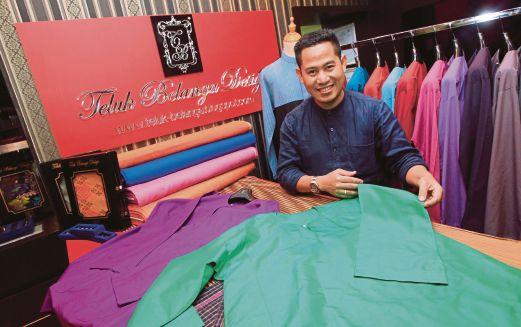 Jamil menunjukkan koleksi pakaian baju Melayu Teluk Belanga.