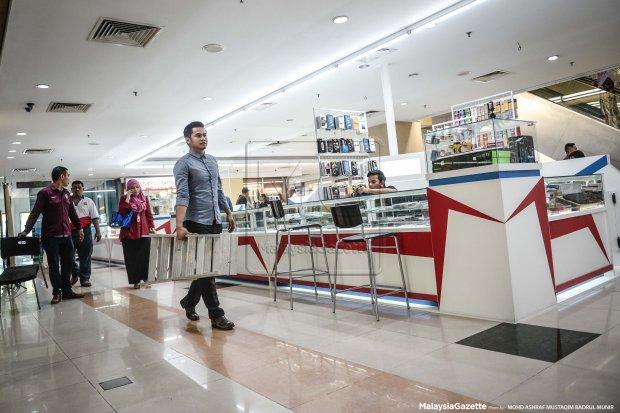 Pekerja-pekerja MARA Digital@Anggerik Mall di Shah Alam membuat persiapan akhir menjelang pembukaan premis perniagaan elektronik dan digital itu esok. foto ASHRAF MUSTAQIM BADRUL MUNIR, 20 Julai 2016.