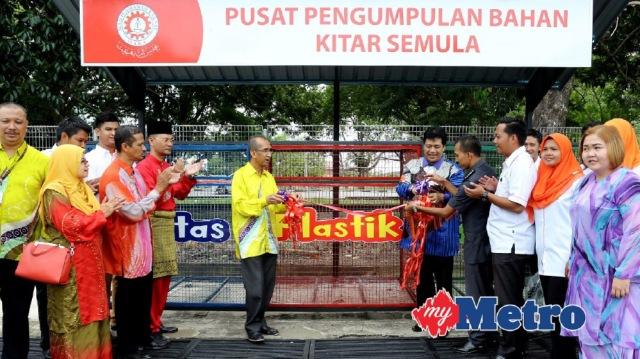 AFANDI (lima kanan) bersama Pengarah MARA Negeri Kelantan, Ismail Abdullah (lima kiri) merasmikan Program Kitar Semula (3R), Pengasingan Sisa dan Pengurusan Sisa Industri. FOTO Faris Zainuldin