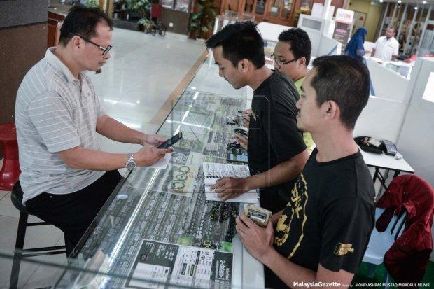 Beberapa pelanggan sudah mula membeli barangan menjelang pembukaan MARA Digital@Anggerik Mall esok.
