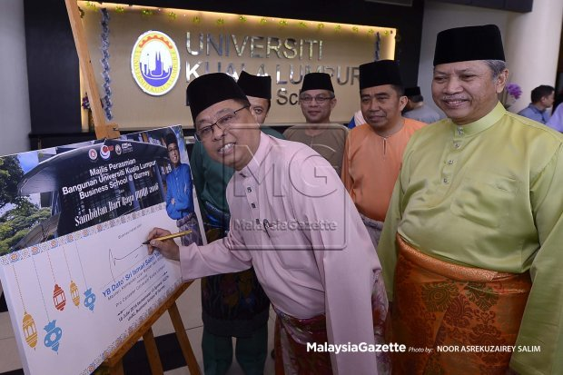 Ismail Sabri Yaakob signing Universiti Kuala Lumpur (UniKL) Business School's inauguration plaque.