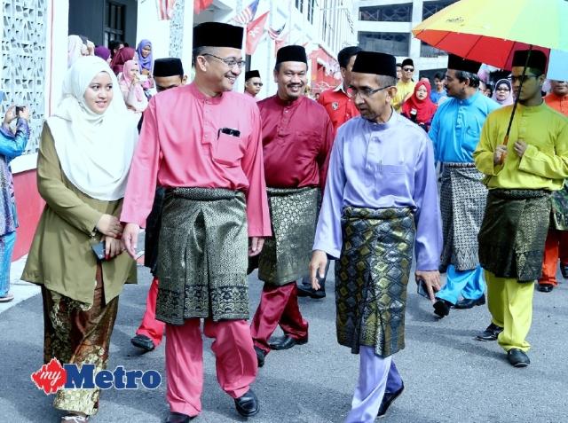 Pengarah MARA Negeri Kelantan, Ismail Abdullah (kanan) diiringi Timbalan Pengarah Akademik KPTM Kota Bharu, Nik Mohd Khairi Nik Mohd (dua kiri) hadir di Majlis Sambutan Hari Raya Aidilfitri di Kolej Poly-Tech Mara (KPTM) Lembah Sireh, Kota Bharu.