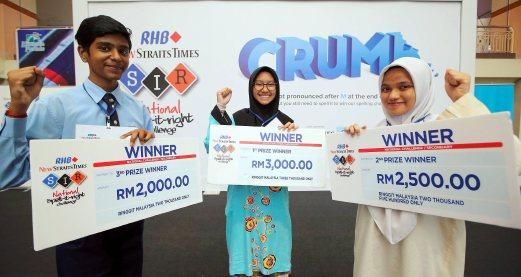 KUANTAN 21 AUGUST 2016. Pemenang utama RHB-NST Spell It Right Challenge, dari Maktab Rendah Sains Mara (MRSM) Kuantan, Noor Dalilah Jafri Ahmad Jafri (tengah) bersama pemenang tempat kedua dari Maktab Rendah Sains Mara (MRSM) Tun Abdul Razak, Afifah Zahirah Arnizan (kanan) dan pemenang tempat ketiga dari SMK Abdul Rahman Talib, Muthu Subramanian Meyyappan (kiri) selepas majlis penyampaian hadiah di Kuantan Parade.