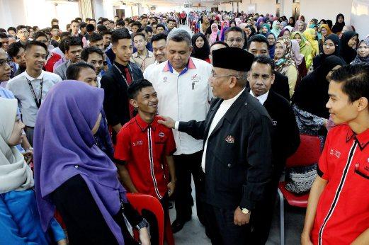 Pengerusi Kolej Poly-Tech MARA (KPTM), Datuk Ahmad Nazlan Idris (bersongkok) beramah mesra bersama sebahagian pelajar baru sesi Julai 2016 di Dewan Besar, Kolej Poly-Tech MARA (KPTM) Lembah Sireh, Kota Bharu.