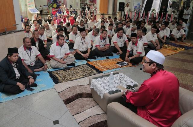Tazkirah ringkas turut disampaikan oleh Dr. Mohd Sukki Othman, Pensyarah Kanan I'Jaz Al-Quran, Fakulti Bahasa Moden dan Komunikasi, Universiti Putra Malaysia (UPM) bertajuk 'Sehati Sejiwa Demi Agama dan Bangsa'.