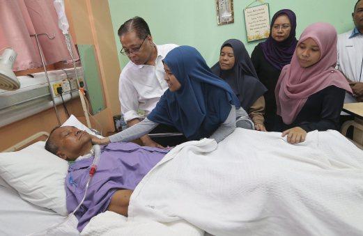 ISMAIL (dua dari kiri) meluangkan masa melawat Mohamad Sahar di Wad Neurologi HUKM, Bandar Tun Razak, hari ini. - Foto Ghazali Kori