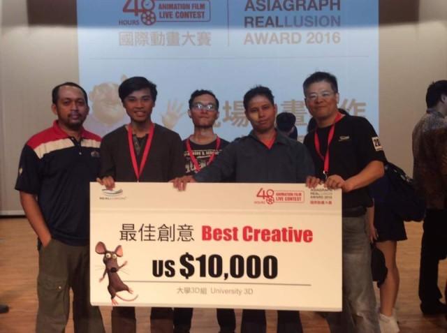 Pelajar bersama mock check bernilai USD10,000.00 yang dimenangi bagi Kategori 'Best Creative Awards'