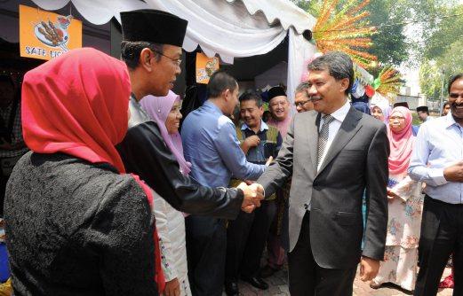 MENTERI Besar, Datuk Seri Mohamad Hasan bersalaman dengan orang ramai ketika hadir pada Majlis Sambutan Aidilfitri Kakitangan Awam di Wisma Negeri, Seremban, hari ini. - Foto BERNAMA