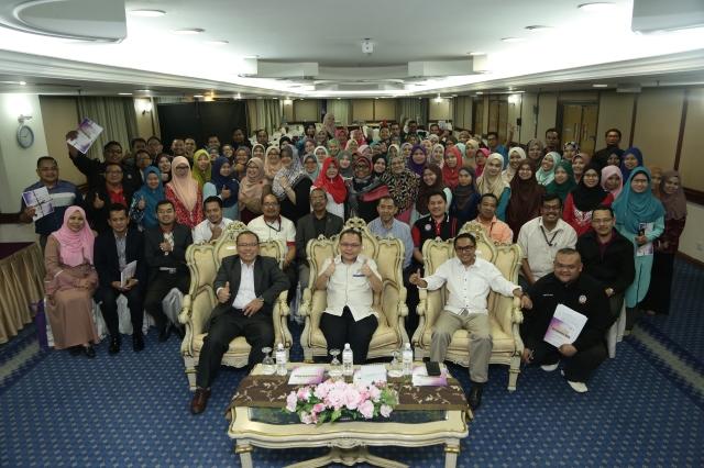 En Razlan bin Hj Samsuri selaku perasmi bersama peserta-peserta Simposium Pustakawan IPMa 2016