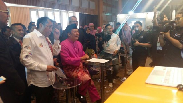Timbalan Menteri Kemajuan Luar Bandar dan Wilayah, Datuk Ahmad Jazlan Yaakub sedang bersiaran langsung menerusi aplikasi 'Skype' serentak dengan pelajar di MRSM TMFS dan MRSM Pengkalan Hulu Perak